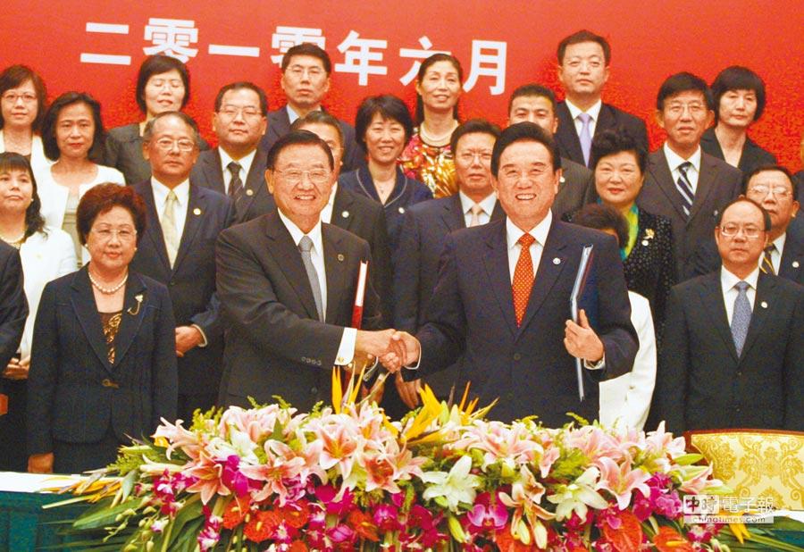 2010年6月29日,海基會與大陸海協會在重慶申基索菲特酒店舉行儀式,簽署《兩岸經濟合作架構協議》,圖為協議簽署完畢後,當時的海基會董事長江丙坤(前左)和海協會長陳雲林握手祝賀。(中新社資料照片)