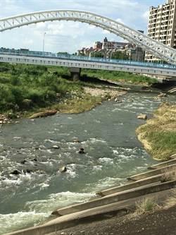 颱風天婦坐溪上石鬧自殺 警即刻神救援