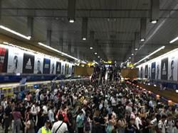 颱風假讓北捷暴動了 民怨:排20分鐘擠不上車