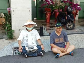 民進黨2名前黨工市黨部前靜坐抗議