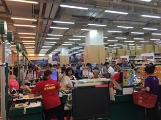 今午放颱風假湧人潮 愛買最高17條收銀台再度全開