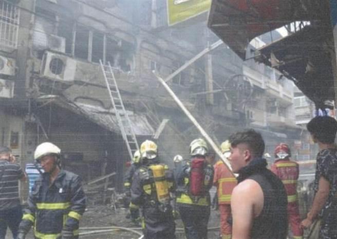 中市逢甲商圈便當街106年間氣爆案造成3死13傷,威力猛烈波及鄰近建物,搶救人員緊急進入搶救。(陳淑芬翻攝)