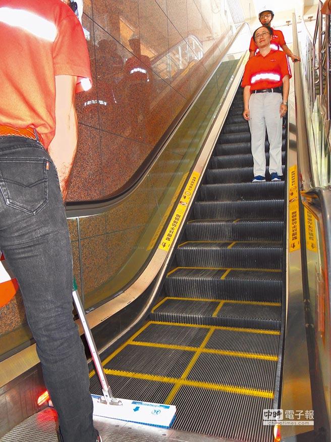 花蓮台鐵新站將引進國外新技術清潔電扶梯,可一邊作業一邊讓旅客通行。(范振和攝)