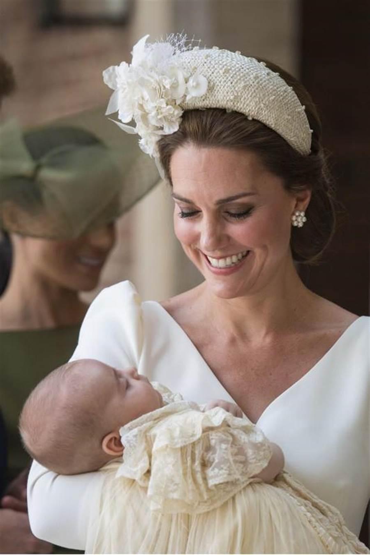 凱特王妃抱著路易小王子抵達受洗教堂。(圖/美聯社)