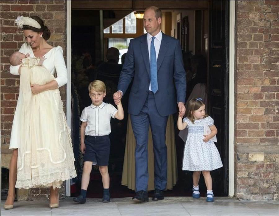 威廉夫婦一家五口都出席路易小王子的受洗儀式。(圖/美聯社)