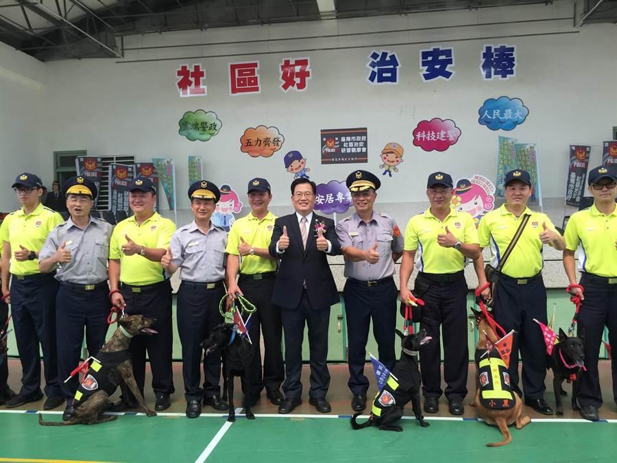 台南市警察局舉辦「社區治安研習觀摩活動」,10日上午在文元國小結合學校、社區進行反毒、打詐宣導,10隻警衛犬列隊現身並表演「打毒秀」,展現警方強力掃毒決心。(曹婷婷攝)