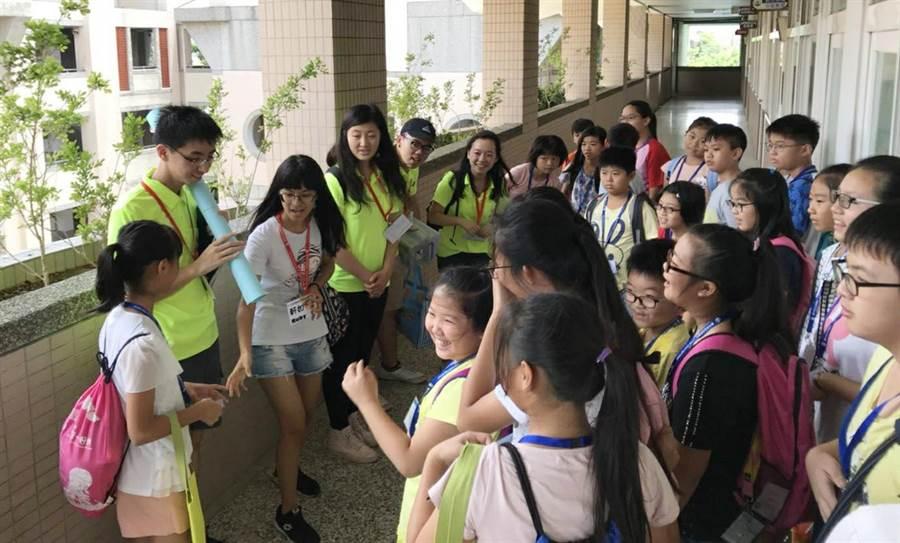 台中市海外華裔青年英語服務營於萬豐國小等4校開跑,藉此拓展偏鄉英語教育!(陳世宗翻攝)