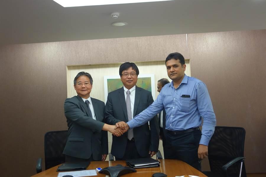 中科管理局長陳銘煌(左)、竹科管理局長王永壯(中),今日與印度KITS總經理K‧Nagaraja簽署三方合作備忘錄。(圖/中科)