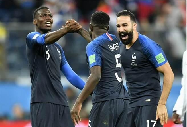 法國隊中場普巴(左)確診新冠病毒,臨時被移出國家隊名單。(美聯社資料照)