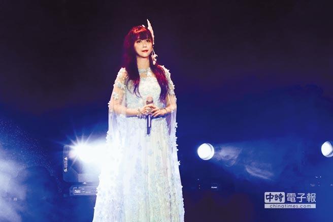 孟庭葦一身純白紗禮服開唱,展現「月亮公主」般的仙氣飄飄。