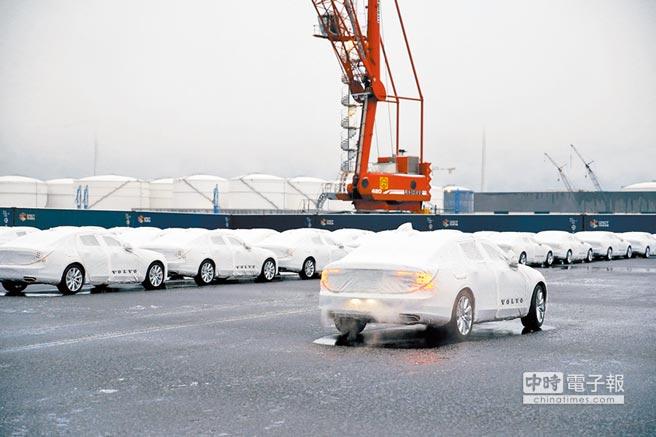 2017年11月30日,在比利時中歐班列富豪汽車的專用停車場,工作人員準備裝車運往其它歐盟國家。(新華社)