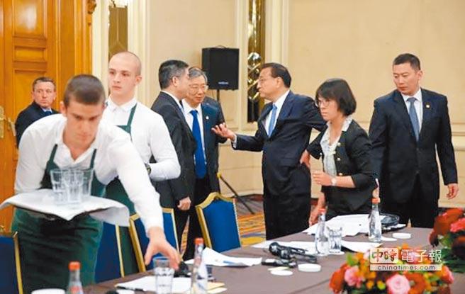 第七屆中國─中東歐國家領導人會晤間隙,大陸總理李克強(右3)專門安排時間,與參會領導人一一舉行雙邊會見。(取自中國網)
