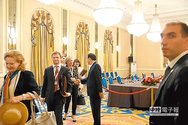 大陸總理李克強(右2)在會議室握手送別一位中東歐國家領導人。(取自中國網)
