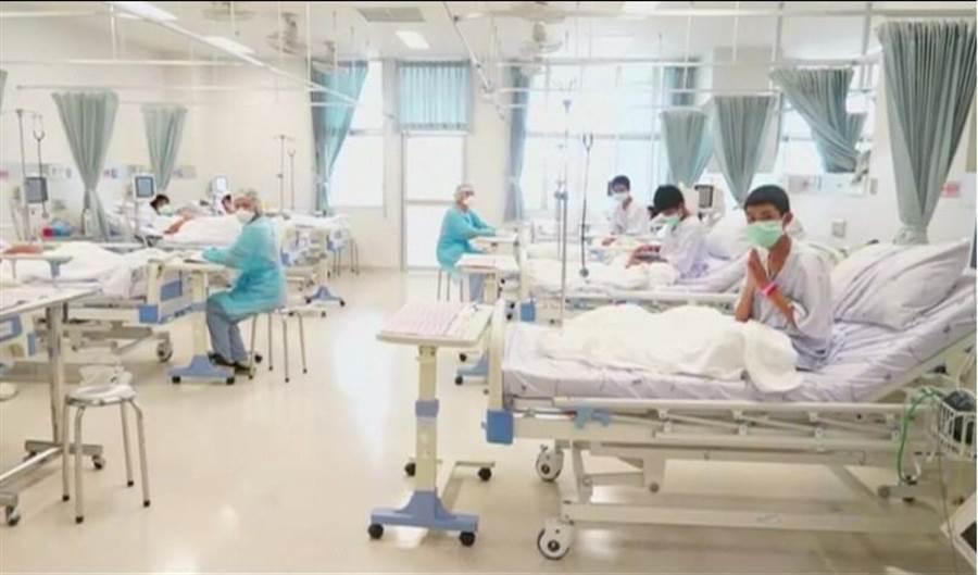 泰國野豬足球隊少年獲救後,在清萊醫院接受救治的畫面。(路透)