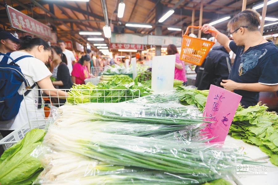 強颱瑪莉亞10日暴風圈襲台,民眾經常購買的葉菜類價格都上漲,民眾的荷包失血。(陳怡誠攝)