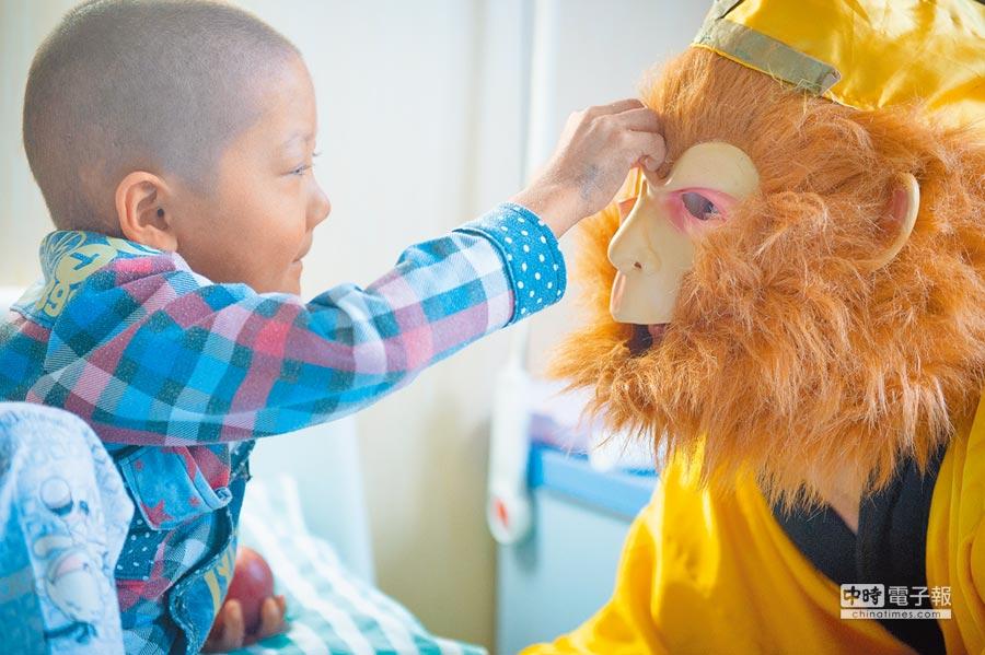 「孫悟空爸爸」陪伴白血病兒童玩耍。(新華社資料照片)