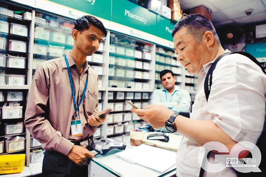《我不是藥神》改編自陸勇(右)的印度抗癌藥代購案。(取自公眾號@印康全球好藥)