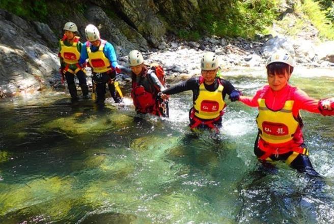 北橫探險節的溯溪體驗。(圖/桃園自在遊網站提供)