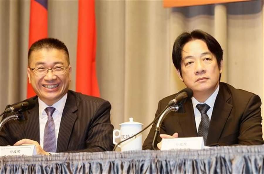 行政院長賴清德(右)今日宣布內閣改組名單,行政院發言人徐國勇(左)轉任內政部長。(方濬哲攝)