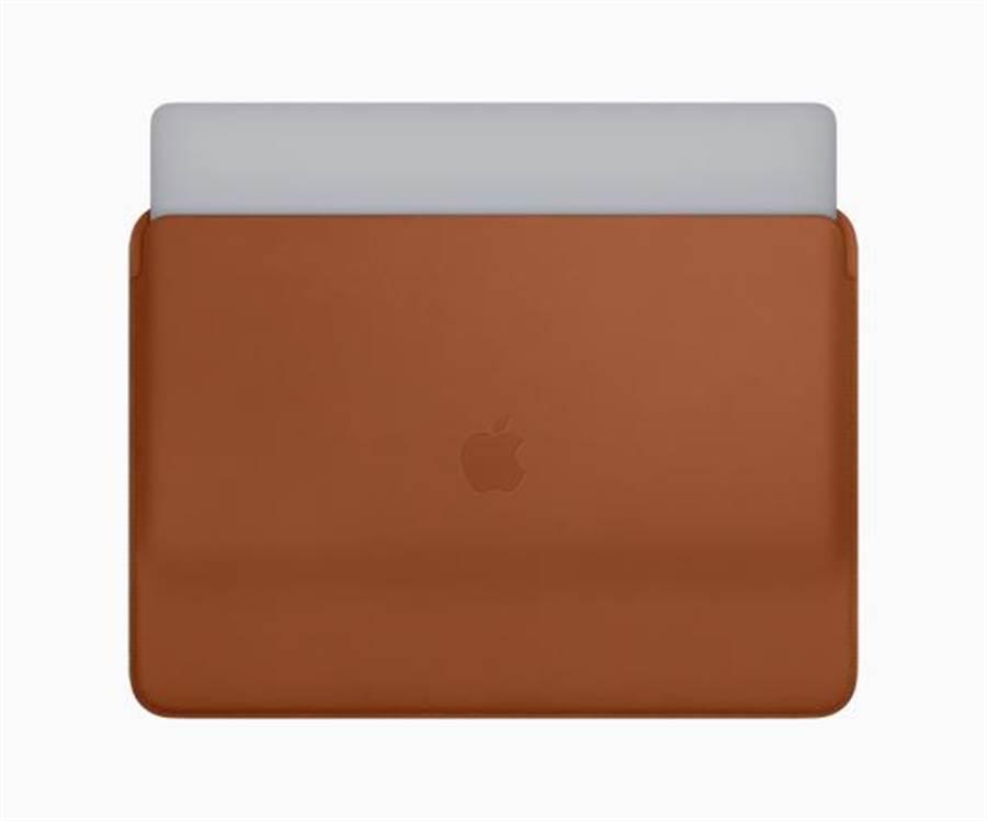 全新的 MacBook Pro 皮革护套现在有马鞍棕色、午夜蓝色与黑色可供选择。(图/翻摄苹果官网)