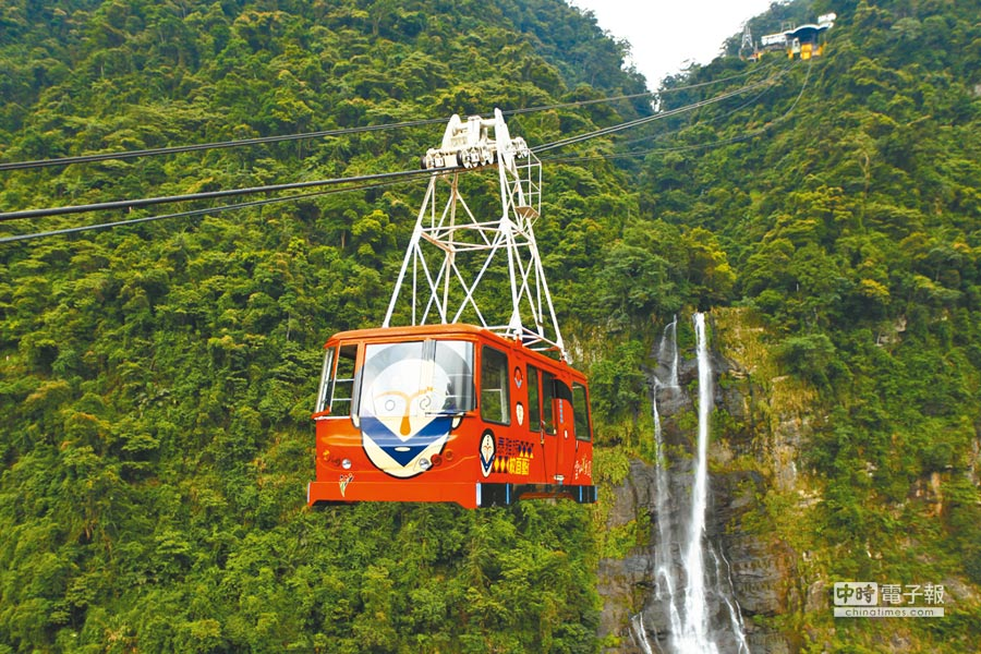 旅客可搭乘「空中纜車」鳥瞰烏來絕美景致。(雲仙樂園提供)