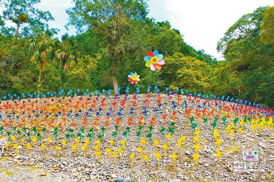 雲仙樂園打造人工風車林,旋轉七彩風車架構出如畫美景。(雲仙樂園提供)
