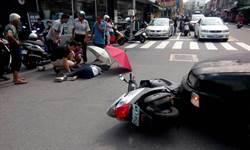 感動!民眾遇車禍 熱心放傘為受傷騎士遮陽