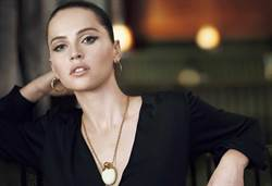 女星Felicity Jones代言肌膚之鑰 演繹秋冬妝容