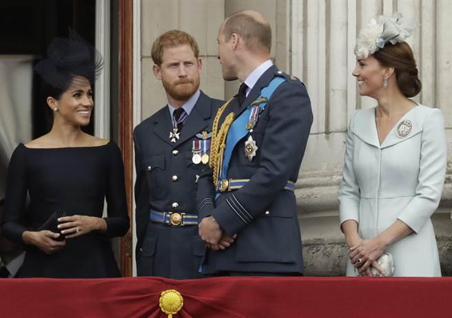 凱特(右)據說和梅根(左)相處融洽,圖為她們10日和威廉王子(右二),以及哈利王子(左二)在倫敦白金漢宮出席英國皇家空軍百年紀念活動的畫面。(美聯社)