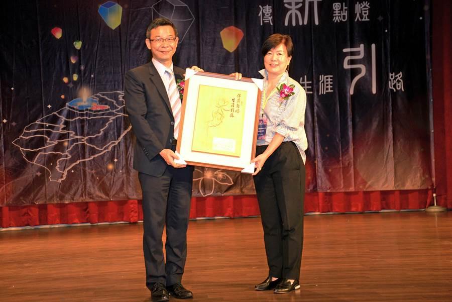 教育部國民及學前教育署長邱乾國(左)頒獎予董事長梁雲卿女士。(業者提供)