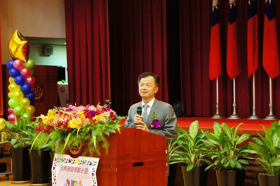 即將卸任的法務部長邱太三在歡送會中稱讚法務部同仁是他共事過最強的團隊。(張孝義攝)