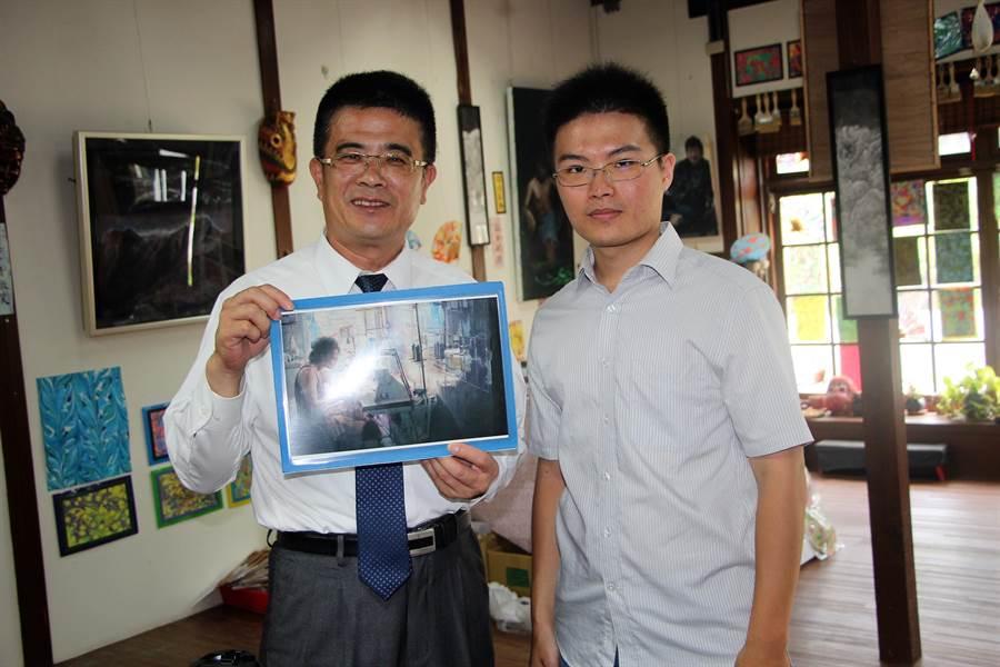 鹿港鎮最年輕的駐村藝術家黃俊傑(右),年僅26歲已屢屢在國際性大賞與全國美展賽事嶄露頭角。鹿港鎮長黃振彥特別予以頒獎鼓勵。(謝瓊雲攝)