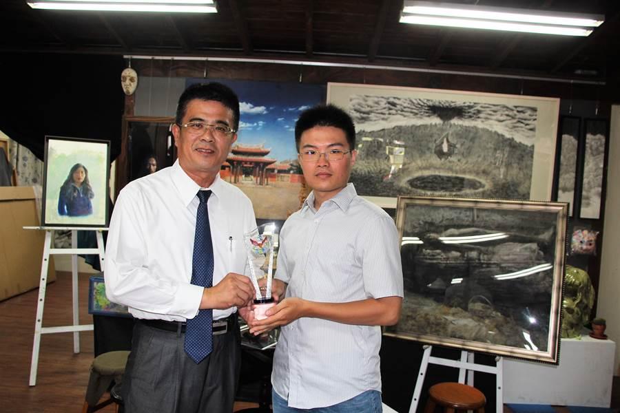 鹿港鎮長黃振彥(左)頒獎勉勵黃俊傑能持續創作,已豐沛能量揚名國際。(謝瓊雲攝)