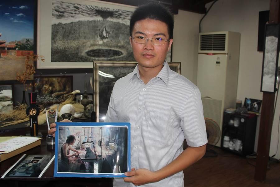 黃俊傑從小在鹿港土生土長,畫作以人物為主題,題材多是身邊的家人、親友,畫筆下感情豐富,也充滿孺慕之情。(謝瓊雲攝)