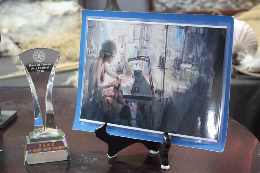 黃俊傑以三幅母親生活上工作中的身影肖像參加台銀藝術季,最後以水彩畫「清晨工作中的母親」拿下第一名「台銀卓越獎」,畫作也被永久收藏展示。(謝瓊雲攝)