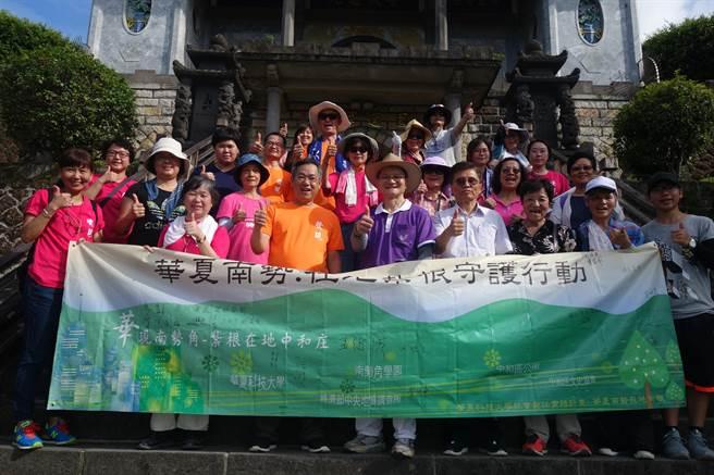 華夏科技大學推動「中和庄溯源」系列活動,邀請專家帶領50名社區居民及師生走讀圓通寺登山步道。(葉書宏翻攝)