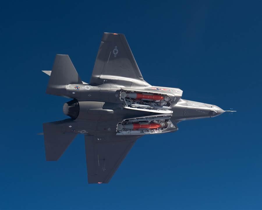 F-35的彈艙可以安裝2枚500磅炸彈,然而測試中只需要裝1枚,POGO猜測可能是擔心影響飛行性能,拉低測試成績。(圖/美國空軍)