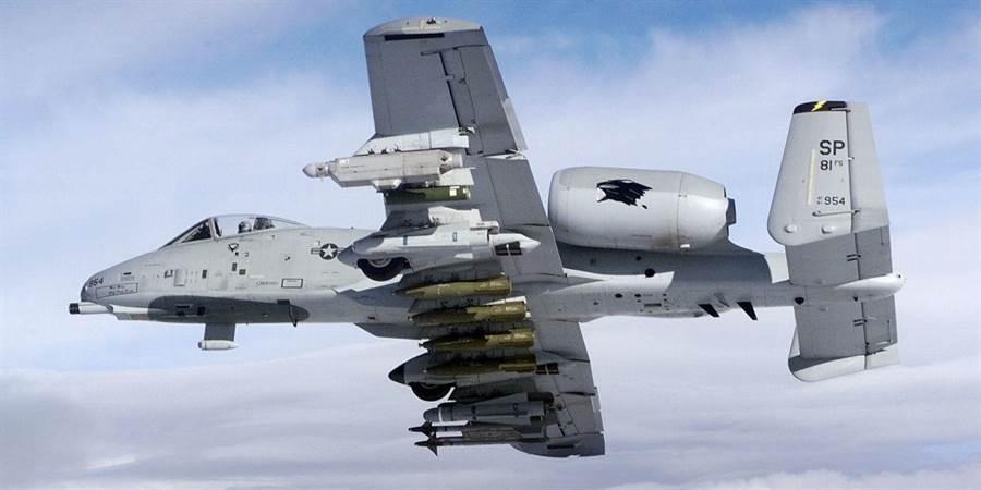 A-10是1970年代的對地攻擊機,沒有所謂的內部彈艙,但它的翼下載彈量奇大,可以持供最強的火力支援。(圖/美國空軍)