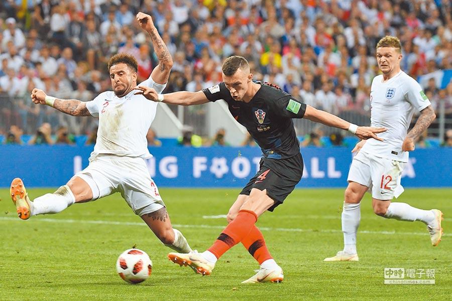 克羅埃西亞邊鋒佩利希奇(中)試圖突破英格蘭後衛華克(左)與右邊衛崔皮爾的防守,但他賽後卻傳出傷情。(法新社)