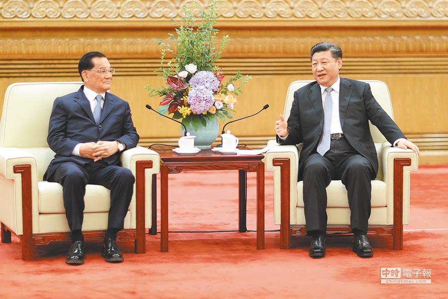 7月13日,中共中央總書記習近平(右)在北京人民大會堂,會見中國國民黨前主席連戰率領的台灣各界人士參訪團。(新華社)