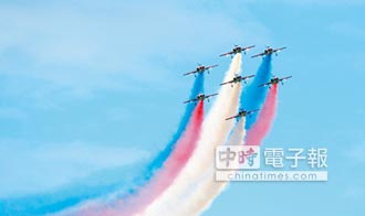 F16秀翻轉 AT3凌空畫彩虹