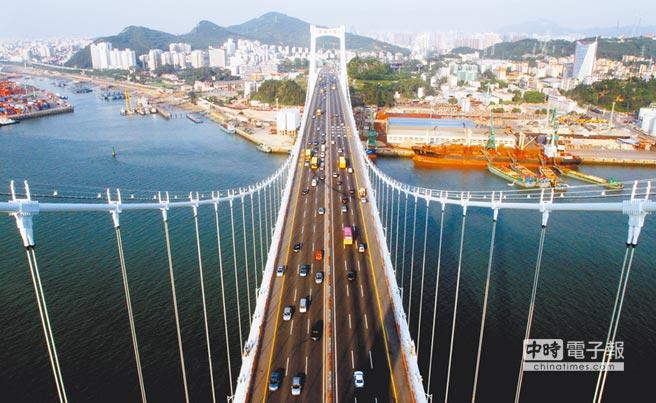 廈門積極發展經濟貿易推行優惠台商措施。圖為連接廈門市與海滄台商投資區的海滄大橋。(本報系資料照片)