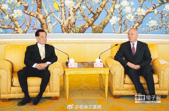 國民黨前主席連戰(左)會見北京市委書記蔡奇。(取自微博@香港文匯網)