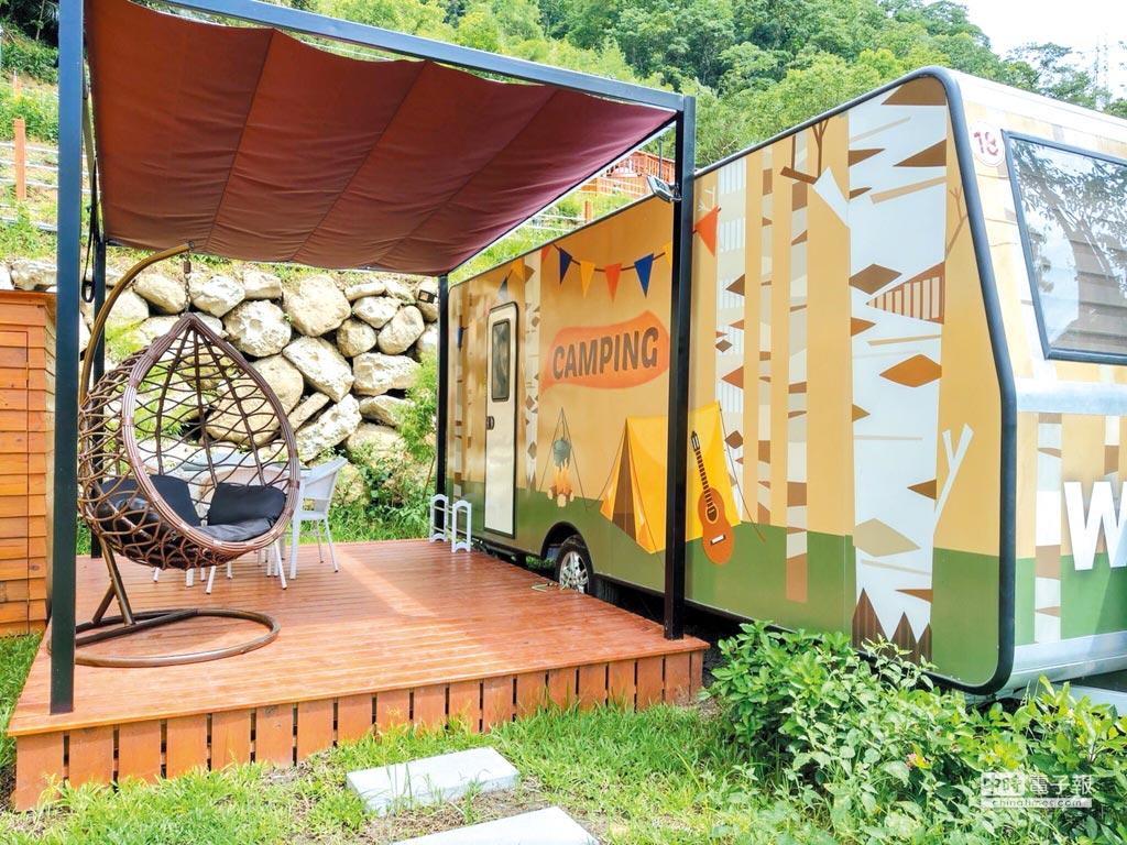 呼啦莊園露營車渡假村內共有20輛附有獨立衛浴設備的六星級露營車,白天夜晚有不同的景致。圖/業者提供
