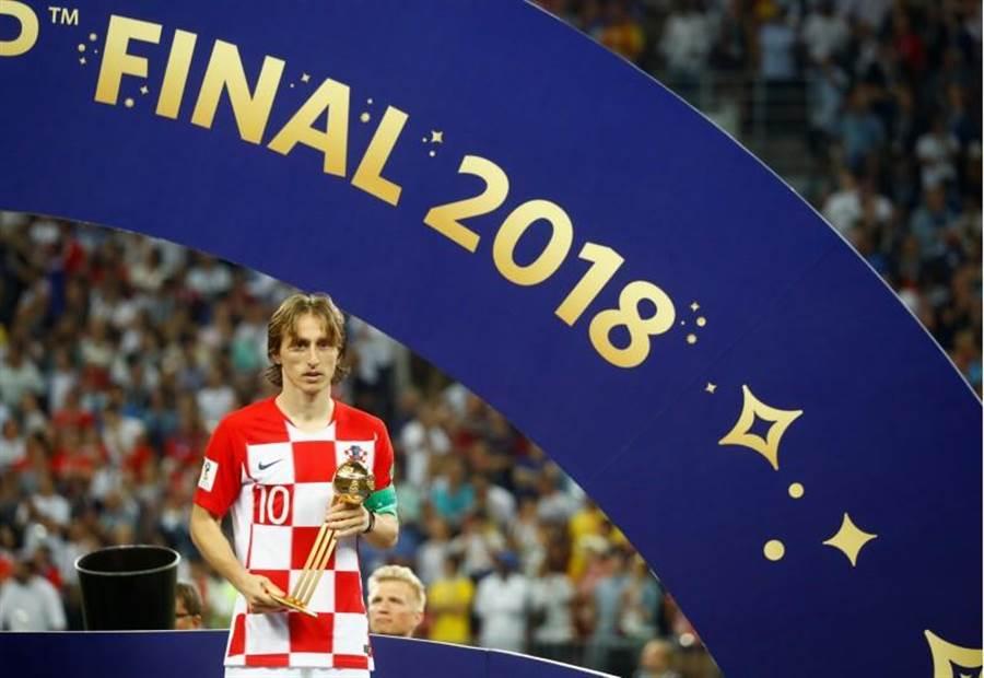 克羅埃西亞隊長莫德里奇在決賽又奮勇踢滿90分鐘,卻只能以亞軍隊長之姿領取金球獎。(路透)