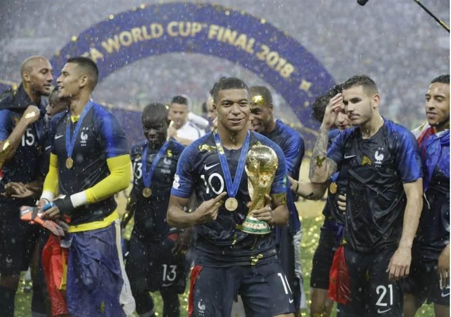 姆巴佩(中)率領法國奪得世界盃足球賽冠軍,台灣運彩熱銷70億元,光是冠軍戰就狂賣8.5億元。(美聯社)