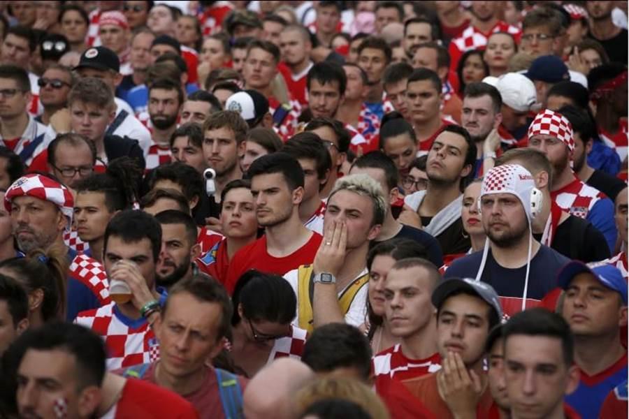部分克羅埃西亞球迷戴著水球帽(右)欣賞足球賽,相當引人注目。(美聯社)