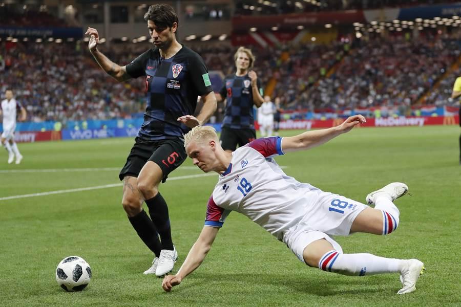 克羅埃西亞後衛柯路卡(左),2016年歐洲國家盃成了史上第一位戴水球帽出賽的足球員,當時是隊醫為了保護他的頭部傷口,才想出這個方法。(資料照/美聯社)