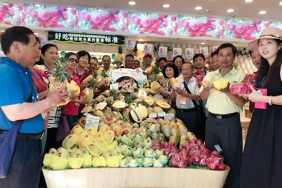 30位台灣果農,在武漢百果園門市,開心的拿起來自台灣各式各樣的水果,向民眾推薦。(本報系資料照片)