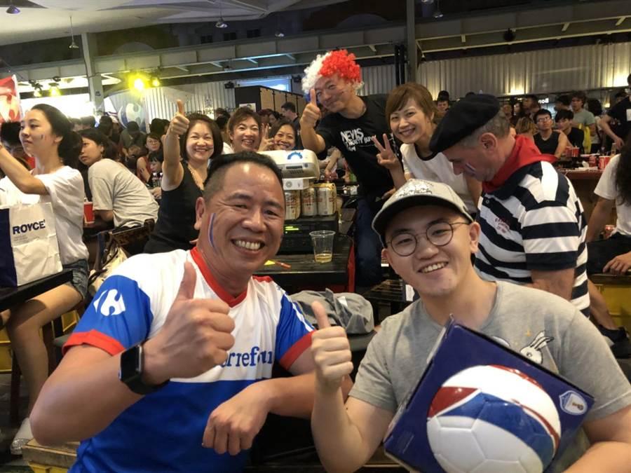 台灣家樂福總經理王俊超(左)與民眾同樂看世足賽。圖/業者提供